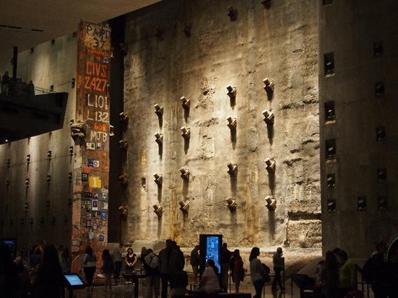 Was vom World Trade Center blieb: Zu den Ausstellungsstücken des 9/11 Museums gehört eine Stele, an die Angehörige nach der Katastrophe Suchmeldungen nach Vermissten angebracht haben. (c) Pohl