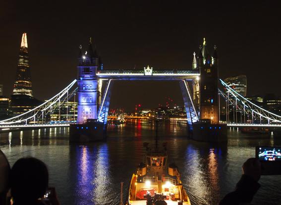 """Kurs auf die Tower Bridge: Die """"Berlin"""" läuft in das Zentrum von London ein. (c) Pohl"""