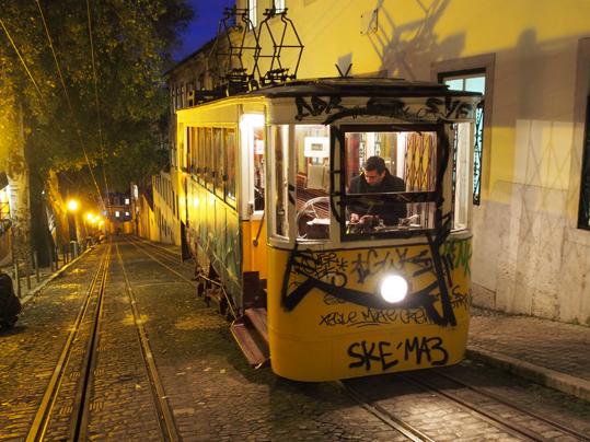 Hilft, die Höhenunterschiede Lissabons zu bewältigen: Eine der Standseilbahnen der Stadt. (c) Pohl