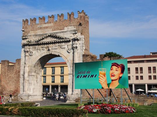 Synonym für den Tourismus der Emilia-Romagna: Rimini -- eine Stadt, die mehr bietet als Strände, wie hier den Augustusbogen. (c) Pohl