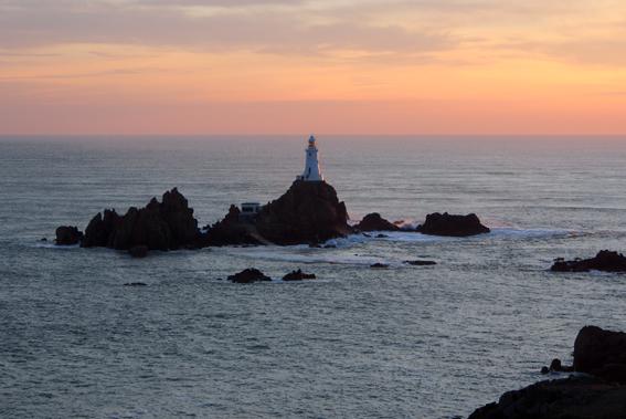 Postkartenmotiv an der Küste Jerseys: Der Leuchtturm von Corbiere ist eines der Wahrzeichen der Insel und hat es unter anderem auf die Fünf-Pfund-Note geschafft. (c) Pohl