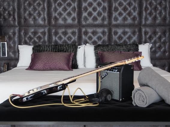E-Gitarre auf dem Zimmer: Im Hard Rock Hotel auf Teneriffa gehört dies auf Wunsch zum Service. (c) Pohl